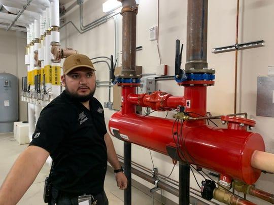 Stavební inženýr Michael Hurtado vede tým údržby, který zajišťuje bezpečnost hotelu Ahern z Las Vegas.  Filtr na vodovodním potrubí města odstraňuje pevné látky a sedimenty, které jsou typické pro tvrdou vodu v Las Vegas.