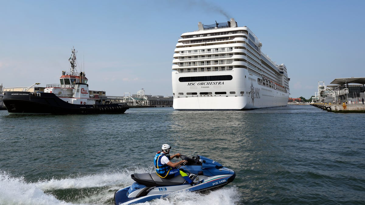 Cruise ships restart in Venice, bring environmental protests 3