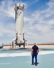 Jeff Bezos, fondatore di Amazon e Blue Origin, cerca un nuovo booster Shepard dopo un lancio e un atterraggio di successo in Texas il 14 aprile 2021.