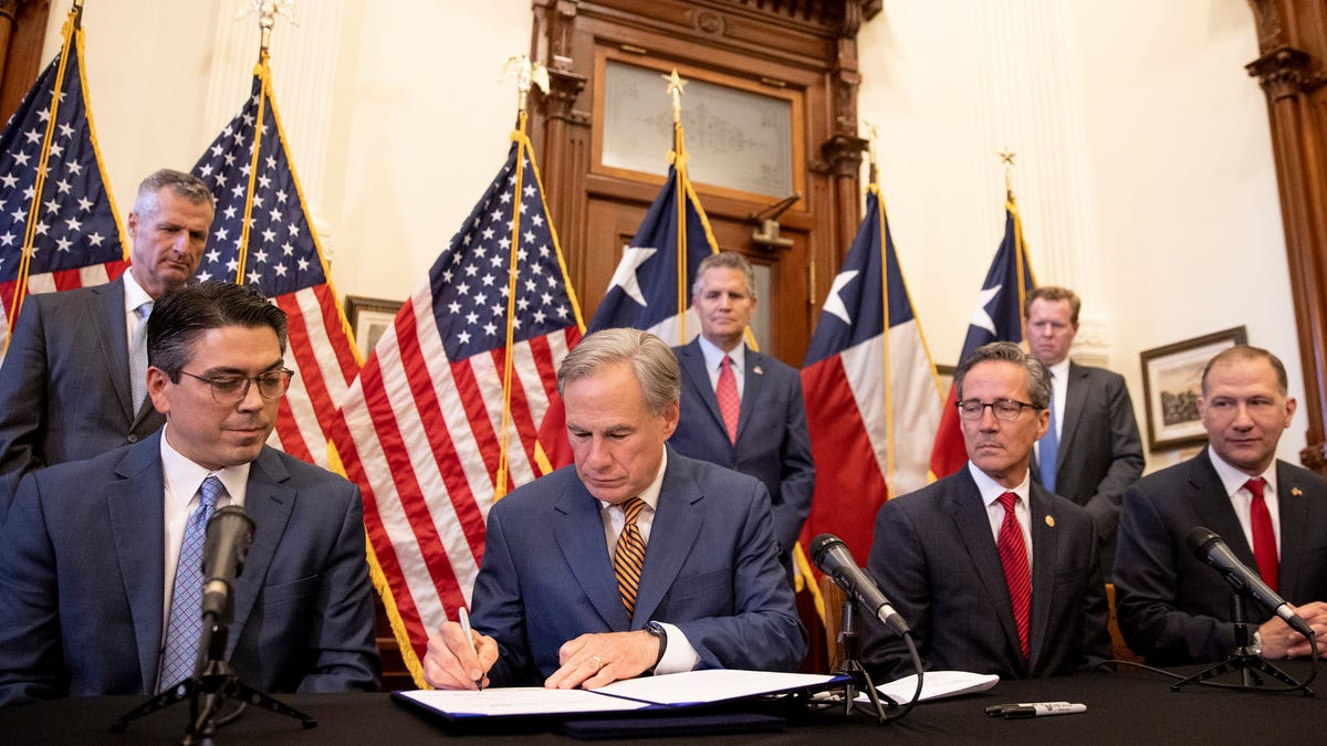 Tighter rules for Texas power grid are a shift for Gov. Greg Abbott, GOP