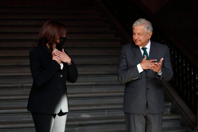 El presidente de México, Andrés Manuel López Obrador (d); y la vicepresidenta de Estados Unidos, Kamala Harrisen (i), durante el recibimiento de honor en el Palacio Nacional de Ciudad de México.