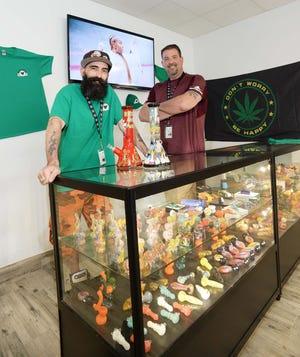 De gauche à droite, Adam Sherbertes est un budtender et Mark Lucreziano est le directeur général de Green Heart, un nouveau dispensaire de marijuana à des fins récréatives au 897 North Montello St. à Brockton, vu ici le mercredi 9 juin 2021.