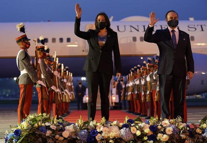 La vicepresidenta estadounidense Kamala Harris y el ministro de exteriores de Guatemala Pedro Brolo en la Ciudad de Guatemala el 6 de junio del 2021.