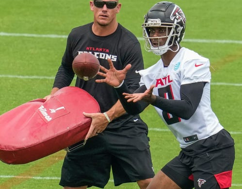 Atlanta Falcons tight end Kyle Pitts (8) catches a pass during mandatory minicamp on June 9.