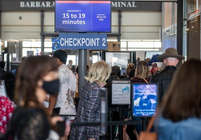 Los pasajeros esperan para cruzar los controles de seguridad en el Aeropuerto Internacional Austin-Bergstrom el 28 de mayo.  Las aerolíneas están agregando vuelos en el aeropuerto de Austin a medida que la industria de viajes comienza a recuperarse de la pandemia de COVID-19.