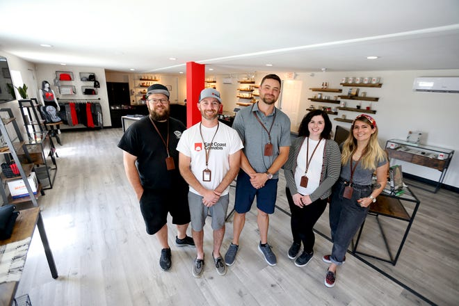 """""""Cannasseur"""" Joe Harding, à gauche, co-fondateurs et copropriétaires James Folan III, et Dana Brearley, retail manager Rebecca Lever et """"cannasseur"""" Jaime d'Emarese est ravi de se mettre au travail chez East Coast Cannabis à Eliot, dans le Maine."""