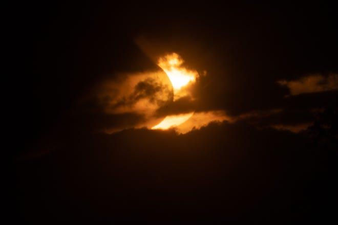 Un soleil éclipsé se lève sur Tobermory le 10 juin 2021 en Ontario, Canada.