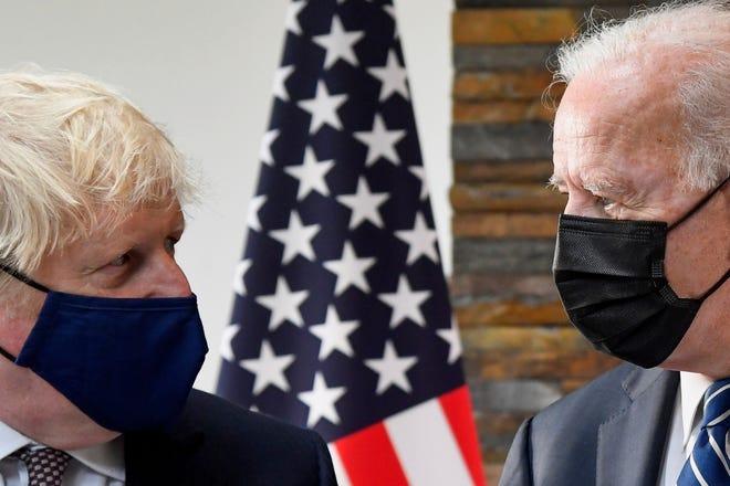 Le président Joe Biden, à droite, s'entretient avec le Premier ministre britannique Boris Johnson, lors de leur réunion avant le sommet du G7 à Cornwall, en Grande-Bretagne, le jeudi 10 juin 2021. (Toby Melville/Pool Photo via AP)