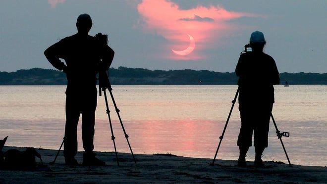 Steve Waite et son épouse Sheryll sont venus d'Akron, en Pennsylvanie, pour photographier l'éclipse solaire se levant près du phare de Barnegat le jeudi matin 10 juin 2021. Il leur a fallu trois heures de route pour se rendre à cet endroit à High Bar Harbor, NJ.