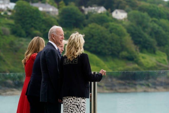 Премьер-министр Великобритании Борис Джонсон и его жена Кэрри Джонсон приветствуют президента Джо Байдена и первую леди Джилл Байден перед саммитом Большой семерки в Корнуолле 10 июня 2021 года в Карбис-Бэй, Англия.