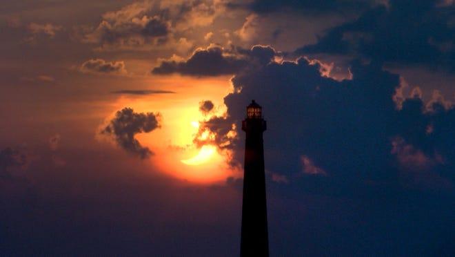 L'éclipse solaire se lève derrière le phare de Barnegat vu de High Bar Harbor, NJ