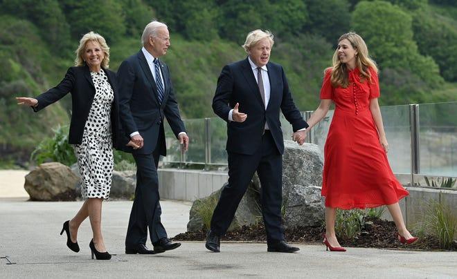 Президент Джо Байден и первая леди Джилл Байден встретились с премьер-министром Борисом Джонсоном и его женой Кэрри Джонсон перед двусторонней встречей в Карбис-Бэй, Корнуолл, на юго-западе Англии, 10 июня 2021 года, в преддверии саммита G7.