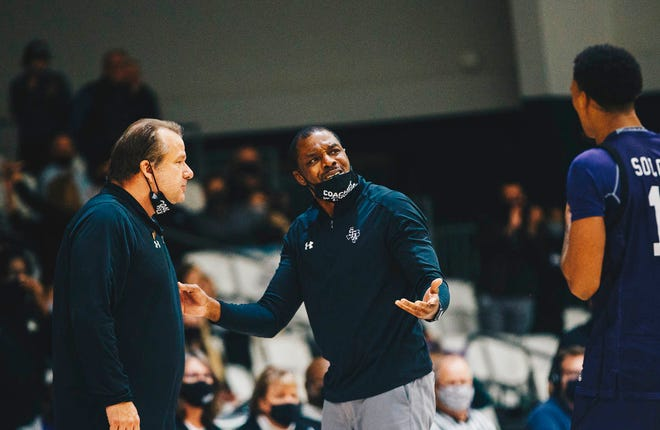 Wade Mason, center, during a game at Stephen F. Austin where he has served as an assistant coach the last five seasons. Mason is Georgia's new basketball assistant coach.
