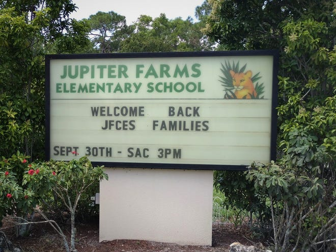 A sign outside Jupiter Farms Elementary welcomes back in-person students in September 2020.