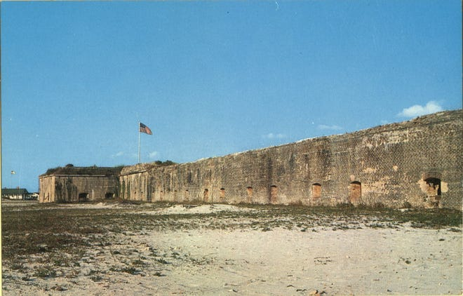 Fort Pickens fue construido entre 1829 y 1834 en el extremo occidental de la isla Santa Rosa para proteger el malecón.