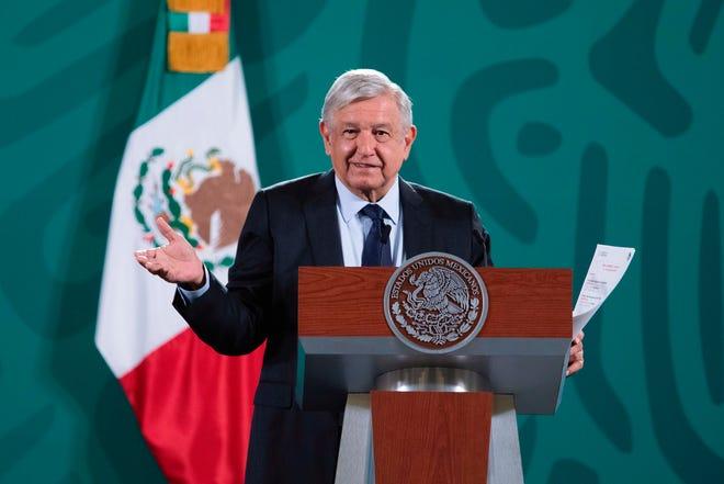 Fotografía cedida hoy por la presidencia de México, del mandatario mexicano Andrés Manuel López Obrador, durante una rueda de prensa en Palacio Nacional, de la Ciudad de México.