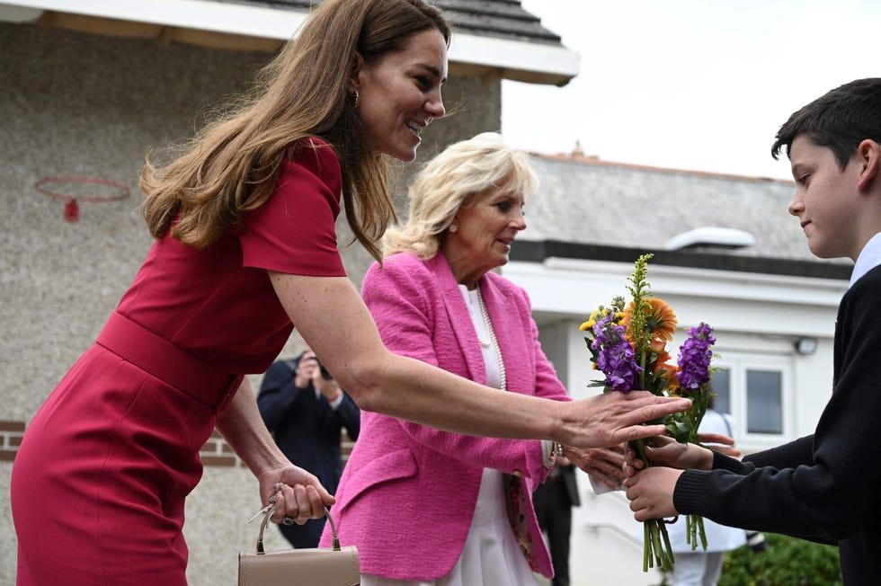 Кетрин, војвоткиња од Кембриџа и прва дама Џил Бајден примају цвеће од студената на Академији Цоннор Довнс у Хил-у, Цорнвалл, на маргинама самита Г7 11. јуна 2021. године.