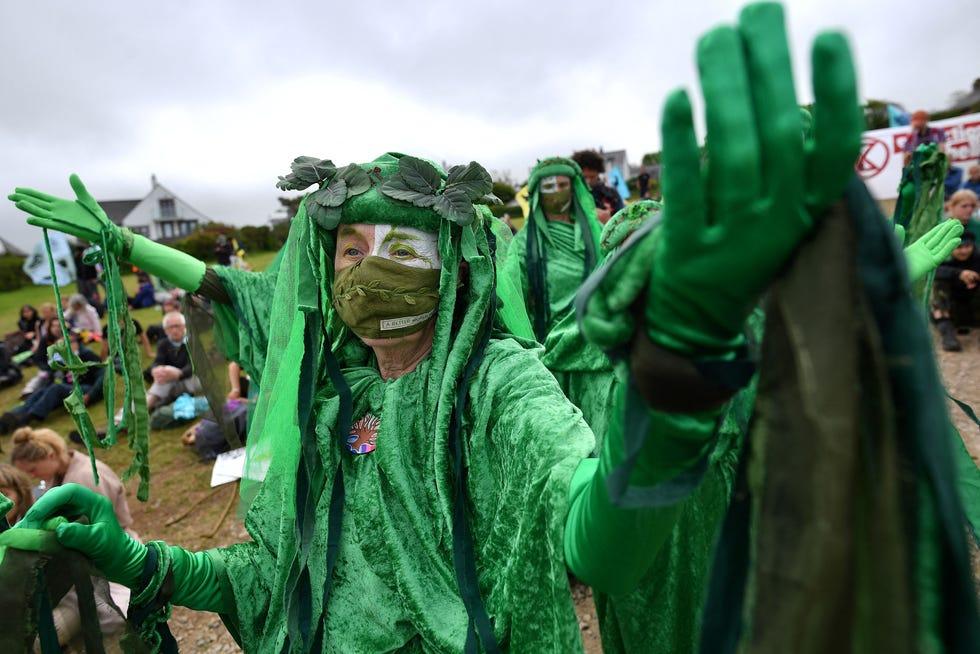 """Активисти из протестне групе за климатске промене Ектинцтион Ребеллион, носе зелене хаљине и познати су као """"зелени духови"""" Демонстрација у Ст Ивес-у, Цорнвалл, 11. јуна 2021."""