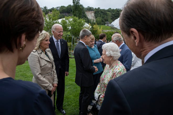 Le président Joe Biden et la première dame Jill Biden accueillent la reine Elizabeth II de Grande-Bretagne lors d'une réception pour les dirigeants du G-7 au projet Eden à Cornwall, en Angleterre.