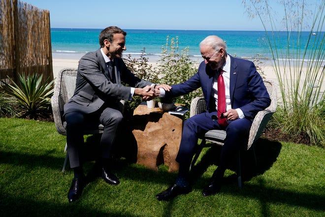 Le président Joe Biden et le président français Emmanuel Macron en visite lors d'une réunion bilatérale au sommet du G-7, samedi 12 juin 2021, à Carbis Bay, en Angleterre.