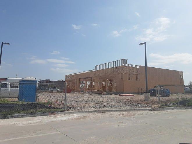 La construcción continúa para el nuevo desarrollo minorista en 14th Avenue y Soule Street, que albergará Starbucks y T-Mobile, con otra apertura minorista aún disponible.