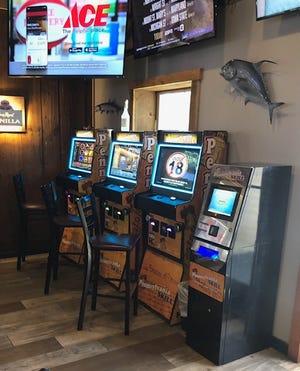 Quatre machines de jeu Skill de Pennsylvanie bordent un mur du quai à Harrisburg.  Certains sénateurs de Pennsylvanie souhaitent que ces types de jeux soient taxés et réglementés.