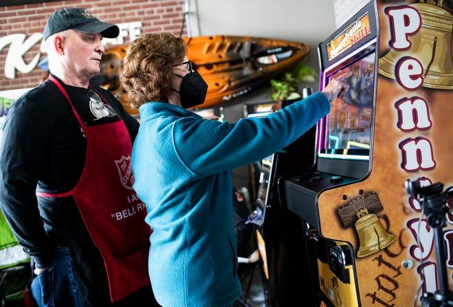 Randy Sprankle, fondateur et copropriétaire du marché de quartier de Sprankle, regarde un client jouer à l'une des machines de jeu Pennsylvanie de Pace-O-Matic.