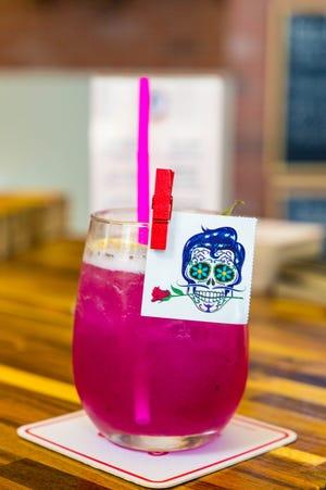 El mojito de fruta de dragón es una bebida popular para aquellos que pasan por The Neon Taco.