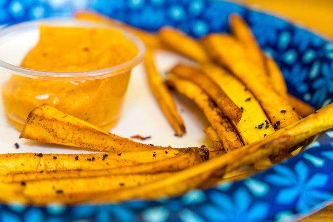 Las papas fritas de plátano se encuentran entre los elementos del menú de The Neon Taco.