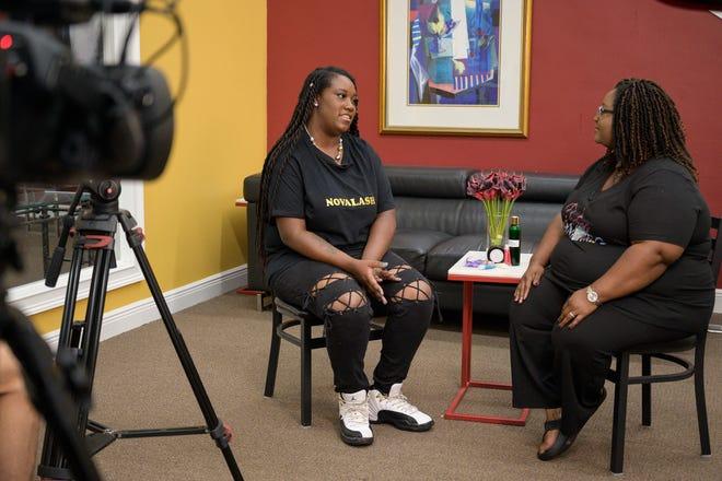 Holly Poitier-Kelly de Novalash habla sobre la apertura de su primera tienda en Historic Leesburg con la presentadora Consuelo Ebe mientras filmaba un episodio de Junitinth TV en Lake Front en 2020. Groveland organiza su primera celebración de Junitian a partir de las 11 am el sábado.