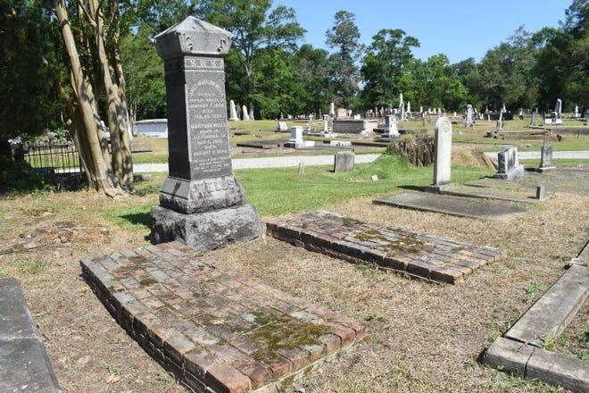 James Madison Wells, gobernador de Luisiana de 1865 a 1867 durante la Reconstrucción, está enterrado allí con su esposa, Mary.  Wells murió en 1899 en Sunnyside, su jardín de verano en Lecombe.  La casa sigue ahí y fuera de control.