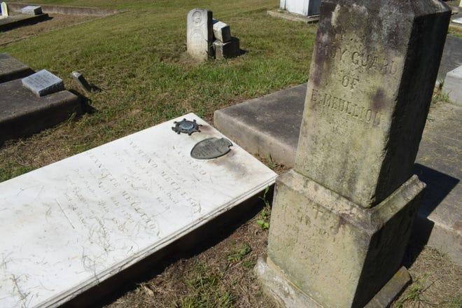 """Enmond Mellion, último comandante español del distrito de El Rapido, fallecido en 1820, está enterrado en el antiguo Cementerio de Rapids con su esposa, Jeanette Boyret Moulian, y el guardaespaldas Cyprian Escofi. """"Fue comandante en jefe en el siglo XIX.  También fue el último comandante bajo la autoridad del gobierno español antes de la anexión de Luisiana de 1803."""" Dijo Paul Price, historiador de la Asociación de Preservación del Cementerio Histórico de Rapids."""