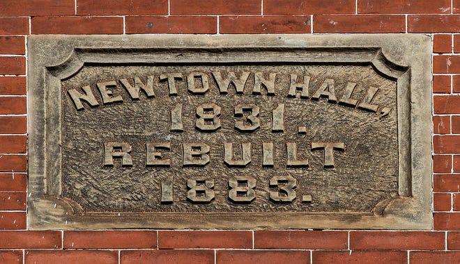 Cartel histórico en la fachada del Newtown Theatre.