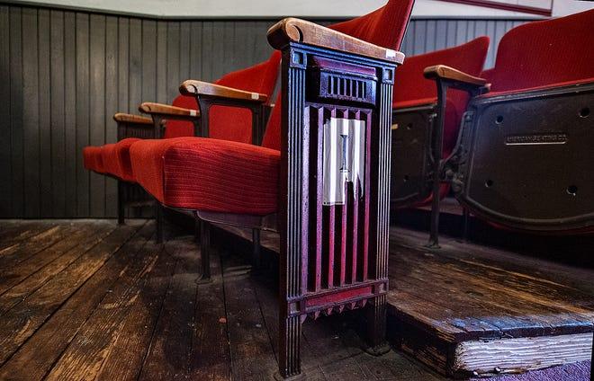 Filas de 300 asientos, que datan de 1935, se encuentran dentro del Newtown Theatre, encaramado sobre el piso de madera original de 1880.