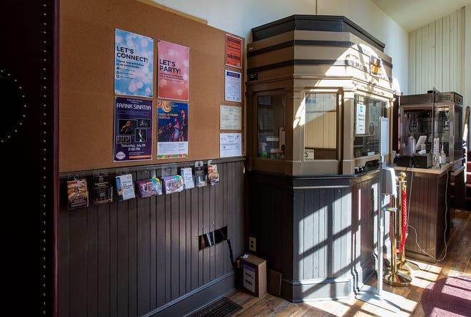 Taquilla y área de refrigerios dentro de la entrada principal del Newtown Theatre.