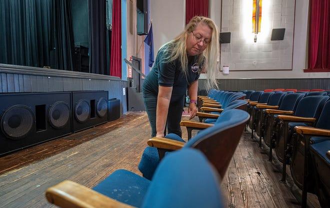 La directora del Newtown Theatre Carol Wasilewski, de Trenton, reorganiza las filas de algunos de los 300 asientos, que datan de 1935, el miércoles.