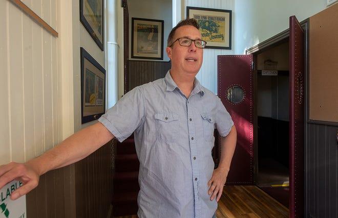 De pie en el vestíbulo, Andy Smith, director de marketing de Washington Crossing, habla sobre la historia y las renovaciones planificadas del teatro.