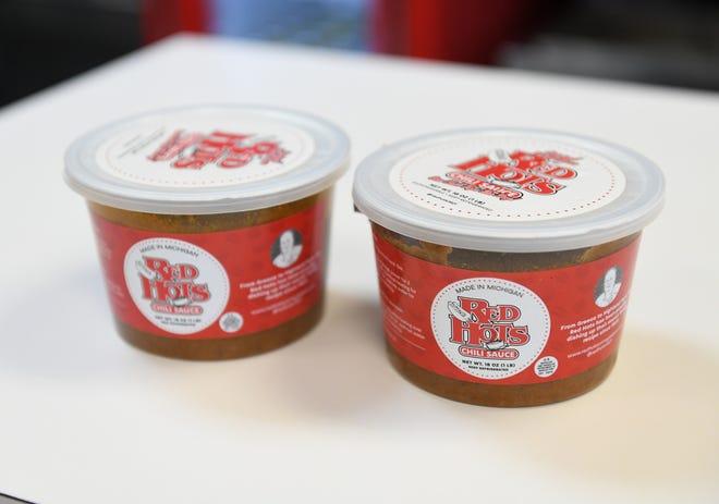 Ο ιδιοκτήτης των Red Hots Richard Harlan και η κόρη του Christina Cowden θα αρχίσουν να αγοράζουν συσκευασμένη σάλτσα τσίλι σε τοπικά παντοπωλεία αυτό το καλοκαίρι.