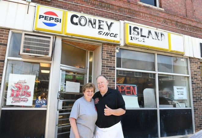Οι ιδιοκτήτες του Red Hots Coney Island, Carol και Richard Harlan, γιορτάζουν την 100η χρονιά τους στο Highland Park και σκοπεύουν να αποσυρθούν αυτό το καλοκαίρι.