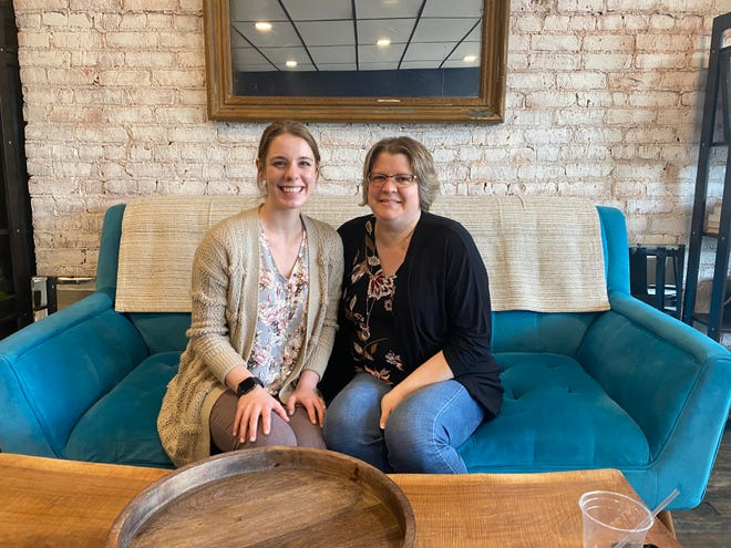 Abigil Riffe, 21, y Jamie Riffe, 42, son los dueños de The Remnant Tea and Coffee Shop.  Los residentes de Wally abrirán el negocio el 29 de junio en el centro de Marion.