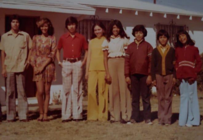 Niños de Corona fotografiados en 1975. De izquierda a derecha: Juan, María, Armando, Teresa, Esperanza, Héctor, Alex, Beatrice.  La familia dirigió el Orpheum Theatre en Phoenix en las décadas de 1970 y 1980.