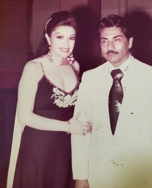 La cantante mexicana Yolanda del Río posa para una foto con Félix Corona.  La familia Corona dirigió el Orpheum Theatre en el centro de Phoenix en las décadas de 1970 y 1980.