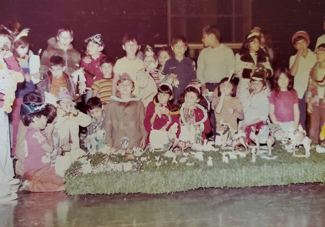 La familia Corona dirigió el Orpheum Theatre en Phoenix en las décadas de 1970 y 1980.  Durante la celebración navideña, los niños pueden subir al escenario para conocer a Santa, recibir regalos y balancear una piñata.
