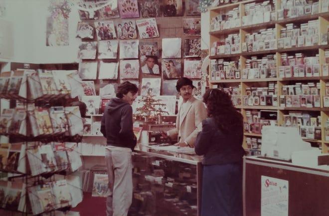 La familia Corona, que dirigió el Orpheum Theatre en las décadas de 1970 y 1980, también era propietaria de la tienda de discos Palacio de los Discos adyacente al teatro del centro de Phoenix.