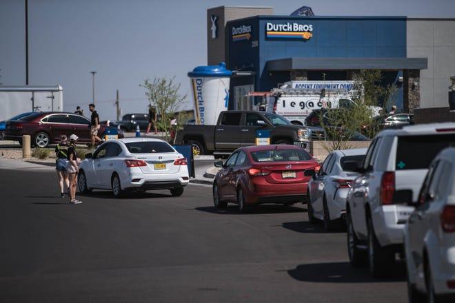 Tientallen auto's staan in de rij voor de openingsceremonie van Dutch Pro op donderdag 17 juni 2021 in Los Cruz.