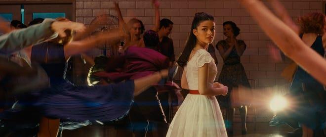 """Es amor a primera vista para Maria (Rachel Ziegler) mientras baila en el gimnasio en el nuevo """"West Side Story."""""""