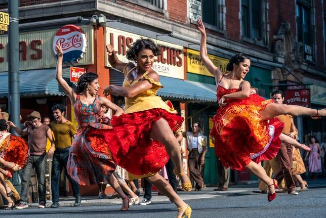 """Anita (Ariana DeBose) bailando en la calle en la próxima película de Steven Spielberg """"West Side Story."""""""