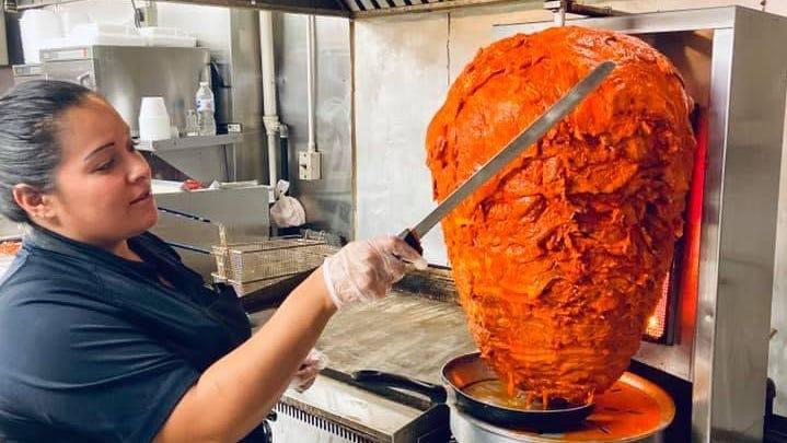 Un dipendente della Taqueria La Loma, un ristorante messicano ad Akron, appare con carne di maiale marinata utilizzata in una delle specialità del ristorante, i tacos.  La Loma apre un ristorante su Dressler Road NW a Jackson Township.
