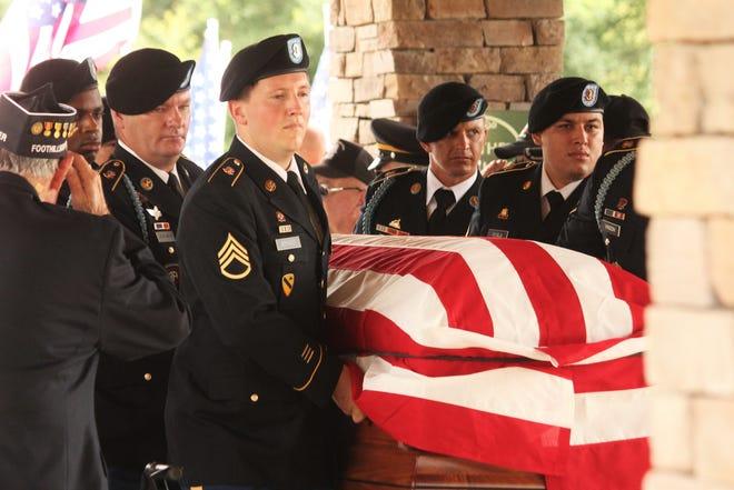 """한국 전병 대  William J. McCollum이 MJ에 묻혔습니다. """"인형"""" 2021 년 6 월 19 일 쿠퍼 재향 군인 묘지 (Cooper Veterans Cemetery)."""