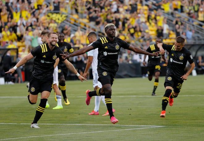 Atacantul Gyasi Zardes (11) sărbătorește marcarea primelor sale două goluri în prima repriză în timpul jocului final al echipajului la Historic Crewe sâmbătă, cu o victorie cu 2-0 asupra Chicago-ului.